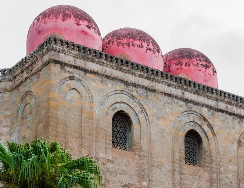 圣Cataldo教会的三个红色圆顶在巴勒莫(西西里岛) 库存照片