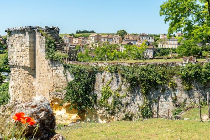 圣Emilion,吉伦特省,法国 城堡和看法的废墟在村庄 免版税库存照片