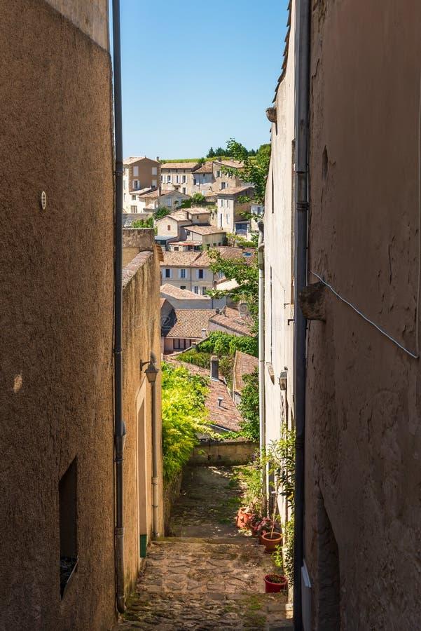 圣Emilion,吉伦特省,法国 狭窄的胡同和看法在村庄 免版税库存照片