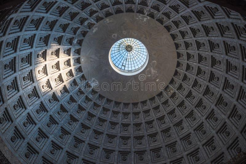 圣Fracesco di Paola Pantheon样式圆顶,那不勒斯大教堂  图库摄影