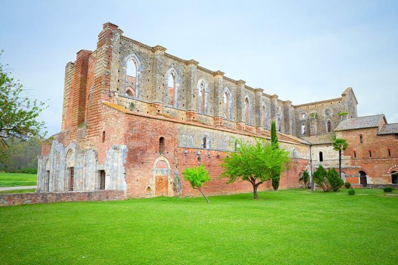 圣Galgano修道院在锡耶纳附近的 旅游流程的目的地,为有知道屋顶失踪 库存图片