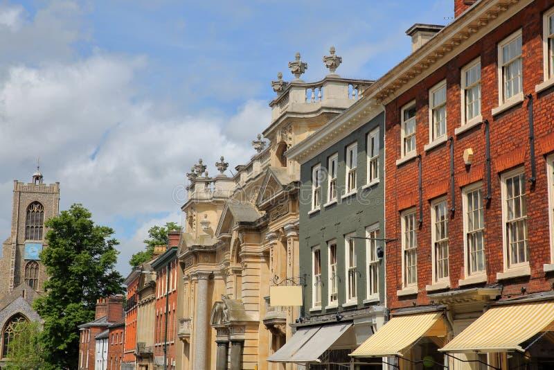 圣Giles街的英王乔治一世至三世时期和维多利亚女王时代的房子在诺威治,诺福克,英国-圣Giles教会在背景中 图库摄影