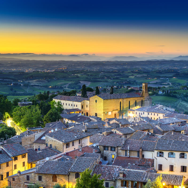 圣Gimignano夜鸟瞰图、教会和中世纪镇地标。托斯卡纳,意大利 免版税库存照片