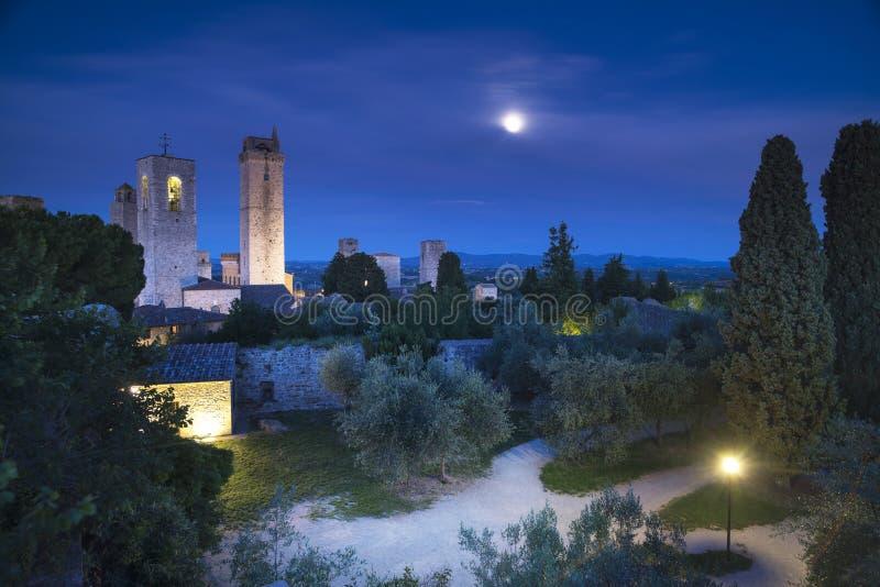 圣Gimignano夜,在月光,塔的中世纪镇地标 库存图片