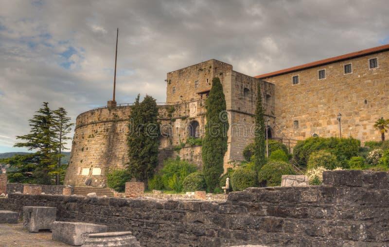 圣Giusto城堡的里雅斯特看法  免版税库存图片