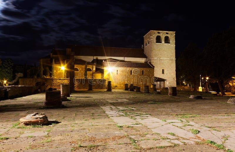 圣Giusto大教堂和罗马废墟在的里雅斯特在晚上 库存照片