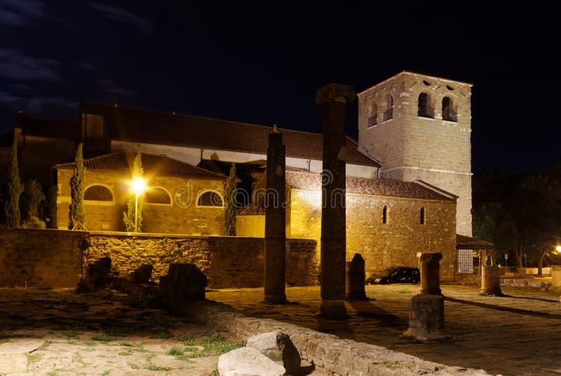 圣Giusto大教堂和罗马废墟在的里雅斯特在晚上 免版税库存图片