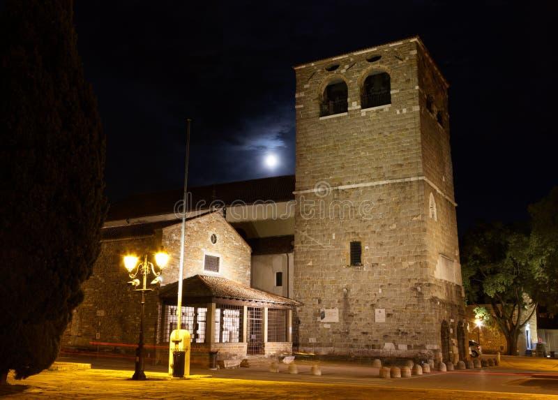 圣Giusto大教堂在的里雅斯特在晚上 免版税库存图片