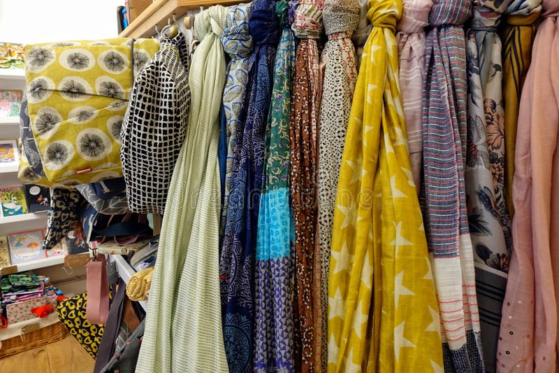 圣Ives,康沃尔郡,英国- 2018年4月13日:围巾的选择和在的其他辅助部件夫人购物 免版税库存照片