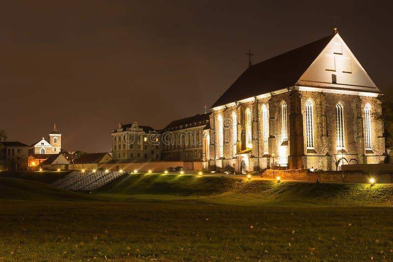 圣Jurgis哥特式教会与夜点燃 考纳斯,立陶宛 库存照片