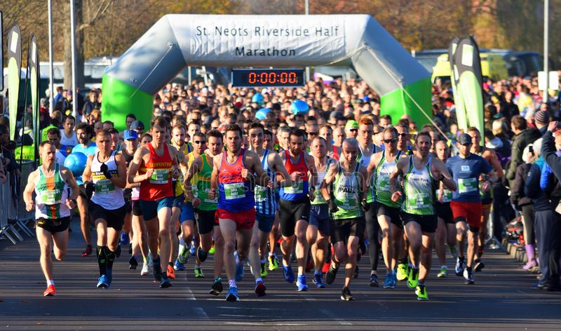 圣Neots半马拉松的开始 免版税库存照片