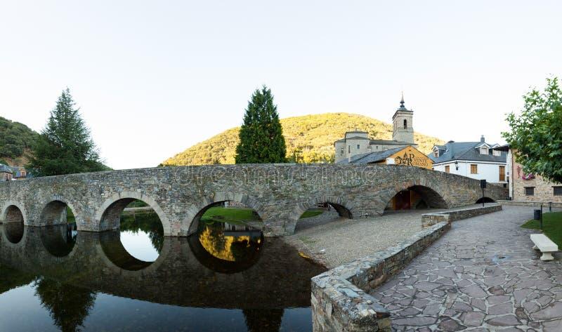 圣Nicola da巴里,莫利纳塞卡罗马桥梁和教会  图库摄影