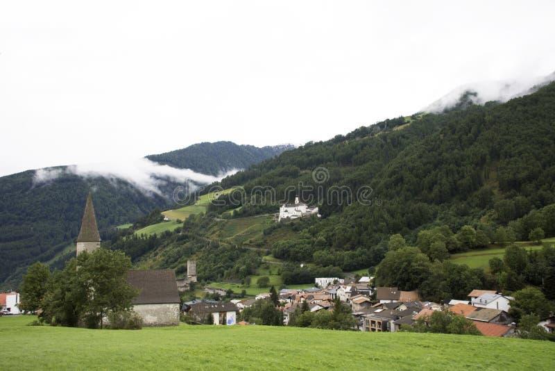 圣nicolo教会在特伦托自治省女低音的阿迪杰,意大利Burgusio或Burgeis村庄 免版税库存照片
