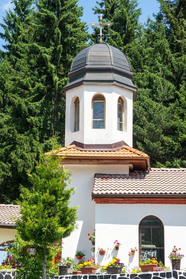 圣Panteleimon教会的圆顶在Rhodopes的保加利亚修道院里 免版税库存图片