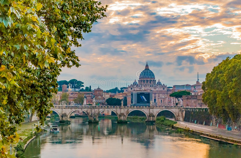 圣Peter's大教堂看法在台伯河的日落的 免版税图库摄影