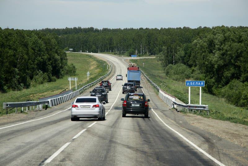 在еhe俄国路线M52 (R256),亦称Chuya高速公路或者Chuysky从新西伯利亚的Trakt的汽车与蒙戈币的俄罗斯的边界的 库存图片