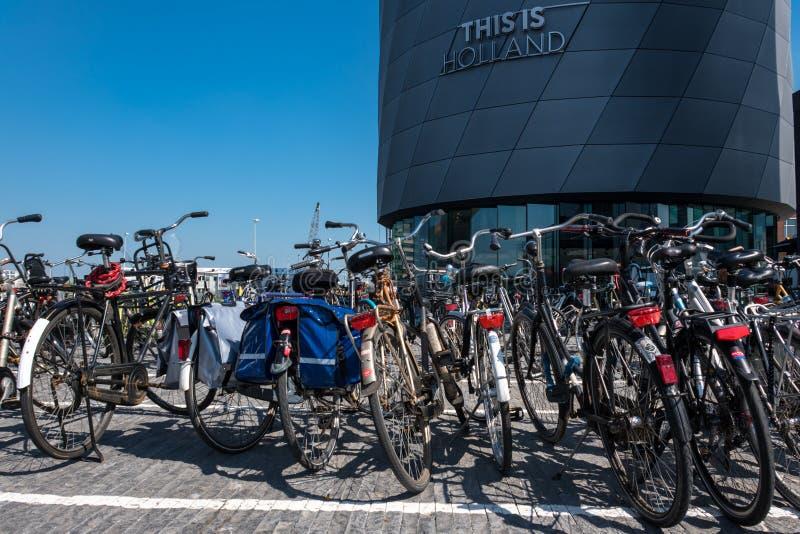 在'这是荷兰'大厦前面的自行车停车场 免版税库存图片
