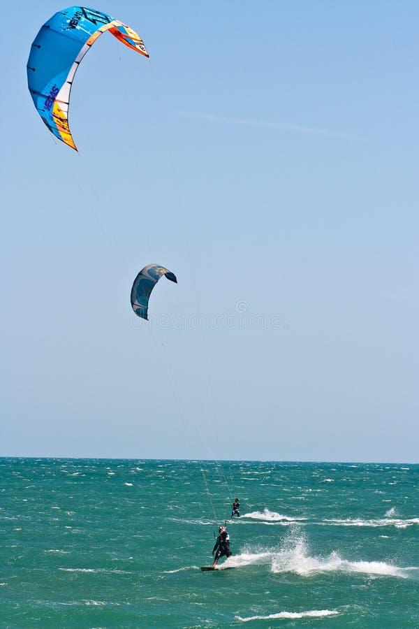 在一个三角浪的风筝冲浪者 库存照片