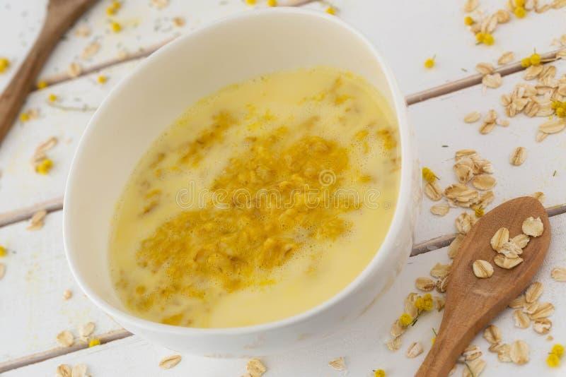 在一个不对称的白色瓷碗的燕麦膳食 免版税库存图片