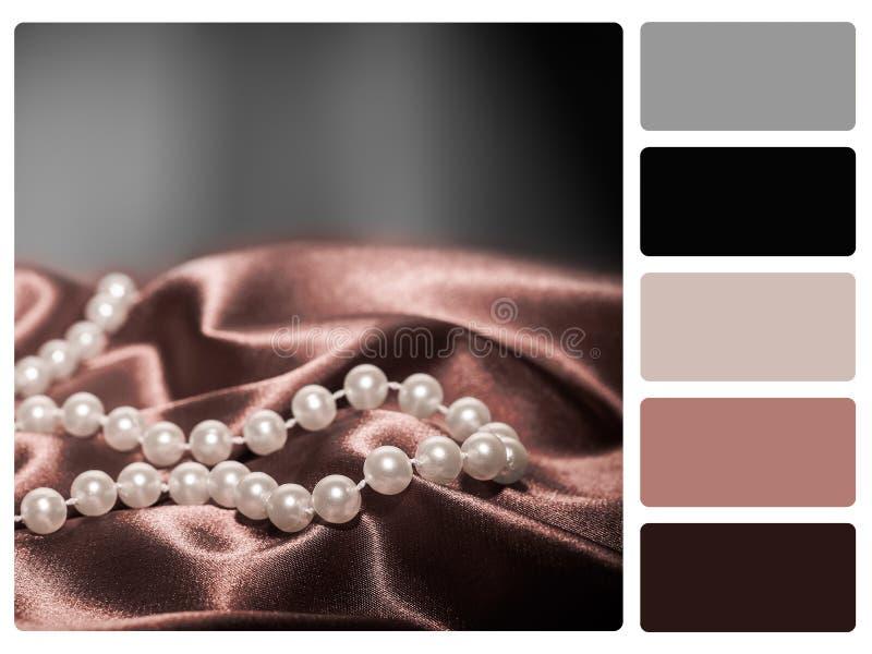 在一个丝绸色板显示样片的珍珠 库存照片