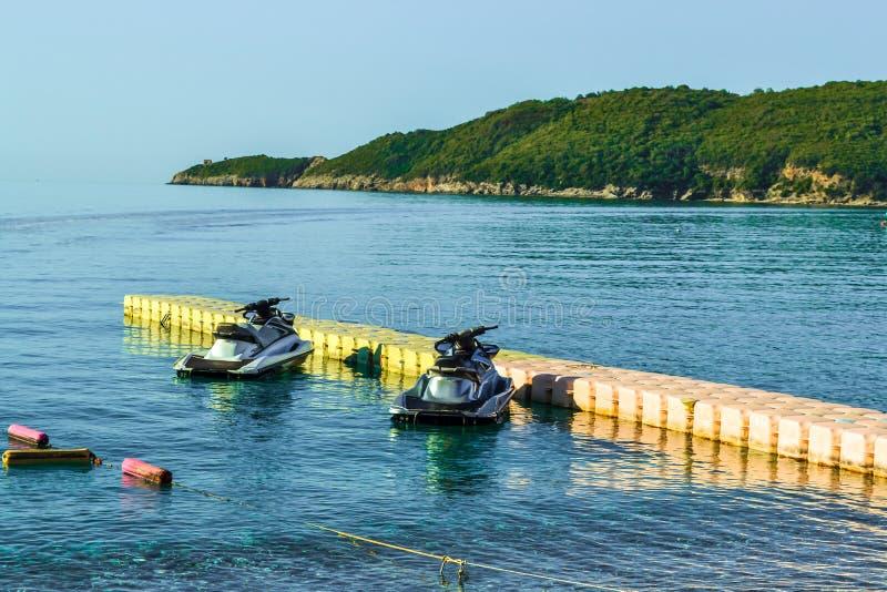 在一个临时浮动停泊处附近的两hydrocycles在海岸水上运动 休闲 图库摄影