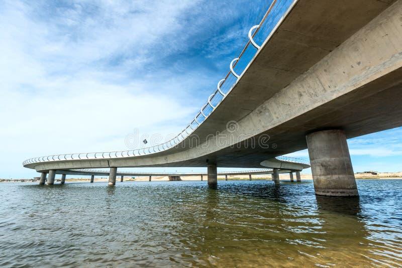 在一个乌拉圭盐水湖加尔松,何塞伊廖齐的新的桥梁 库存照片