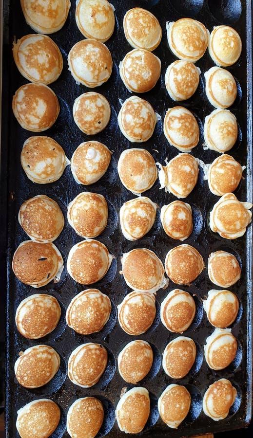 在一个习惯铁平底锅油煎的可口微型薄煎饼 拍摄在塔林,爱沙尼亚 免版税库存图片