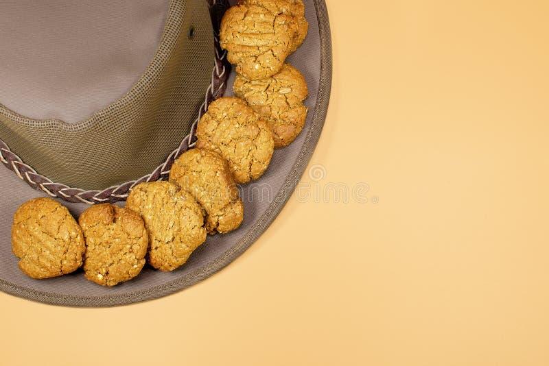 在一个乡村模式的帽子的自创安扎克饼干 免版税库存图片