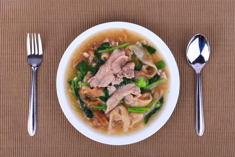 在一个乳脂状的小汤调味汁的宽面条:中国和泰国样式食物 在泰语电话是Rad Na 免版税图库摄影