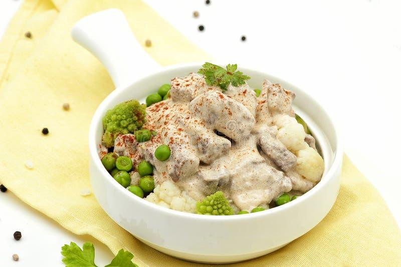在一个乳脂状的调味汁的油煎的肉炖煮的食物 免版税库存图片