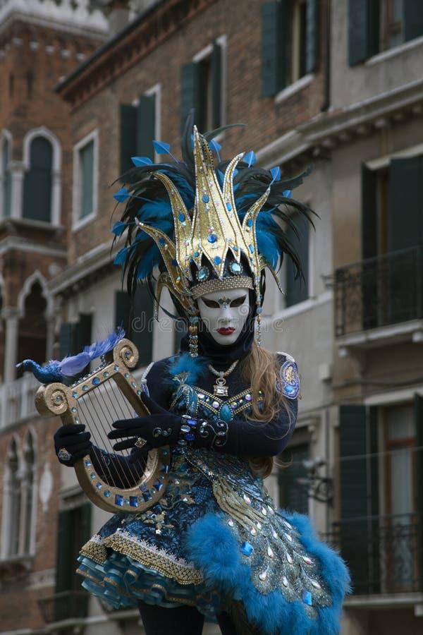 在一个五颜六色的蓝色和黑服装和面具威尼斯意大利的威尼斯式狂欢节形象 库存照片