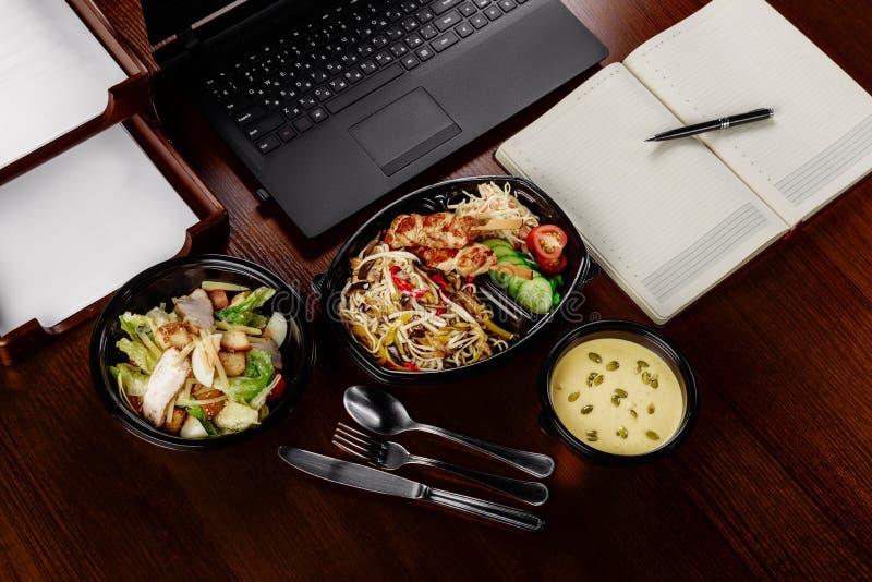 在一个人的工作午餐 免版税库存图片
