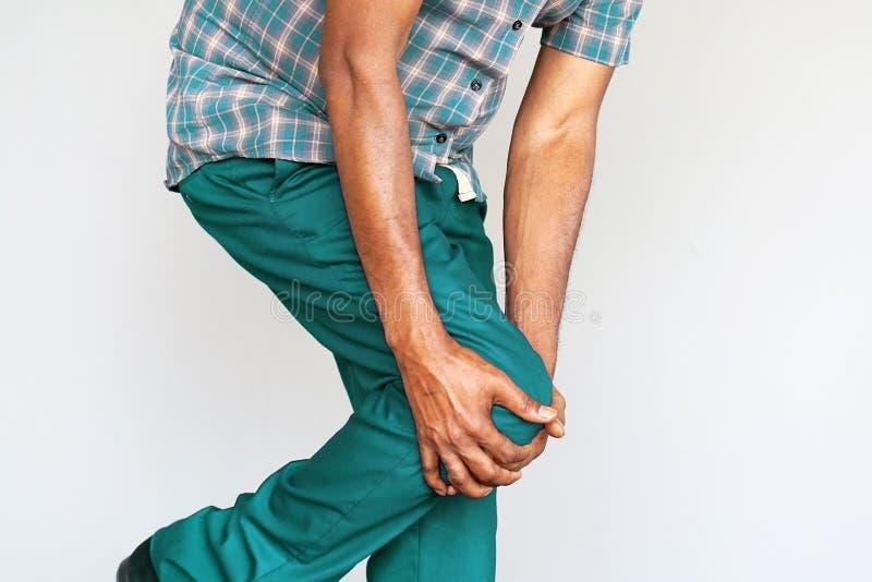 在一个人的膝盖的痛苦 免版税库存图片