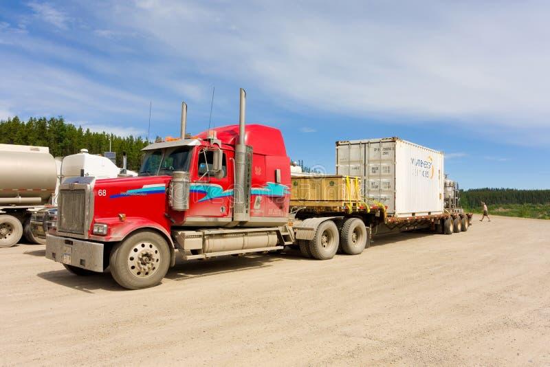 在一个休息区的货物卡车在育空 免版税库存照片