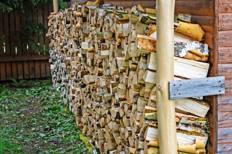 在一个传统木房子前面被存放的木柴 免版税图库摄影
