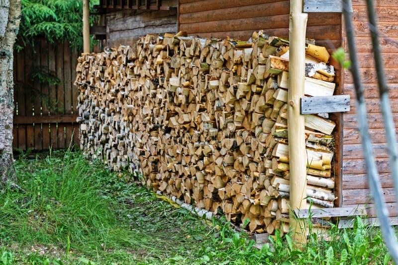 在一个传统木房子前面被存放的木柴 图库摄影