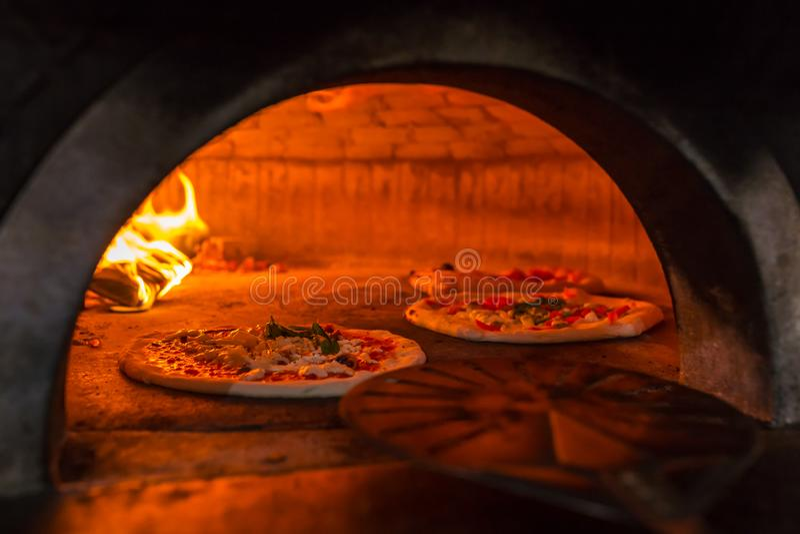 在一个传统木烤箱的原始的那不勒斯的薄饼margherita在那不勒斯餐馆 免版税库存照片