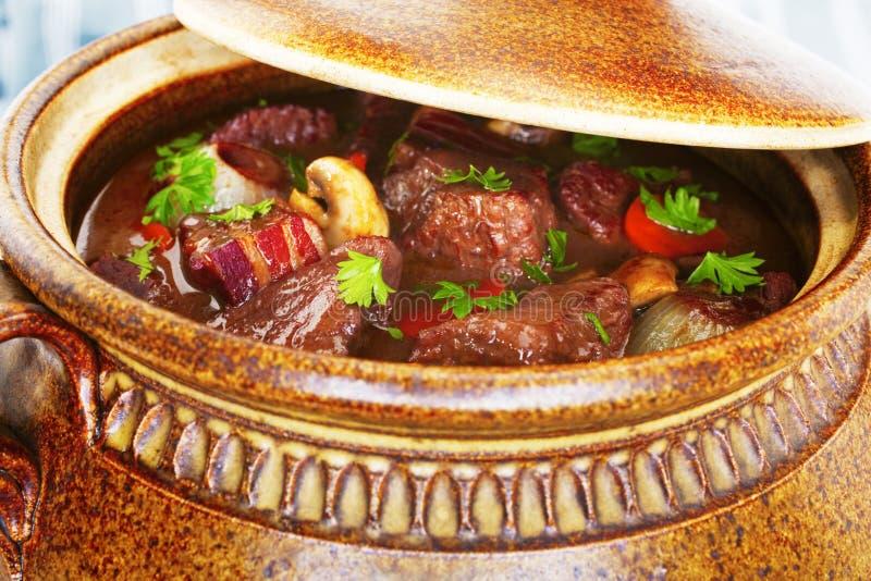 牛肉Bourguignnon炖煮的食物砂锅 免版税库存照片