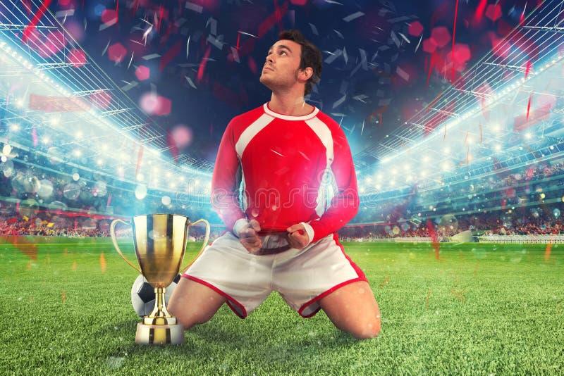 在一个体育场中间的金黄优胜者` s杯子有观众的 图库摄影
