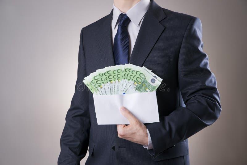 在一个信封的金钱在人的手上 免版税库存照片