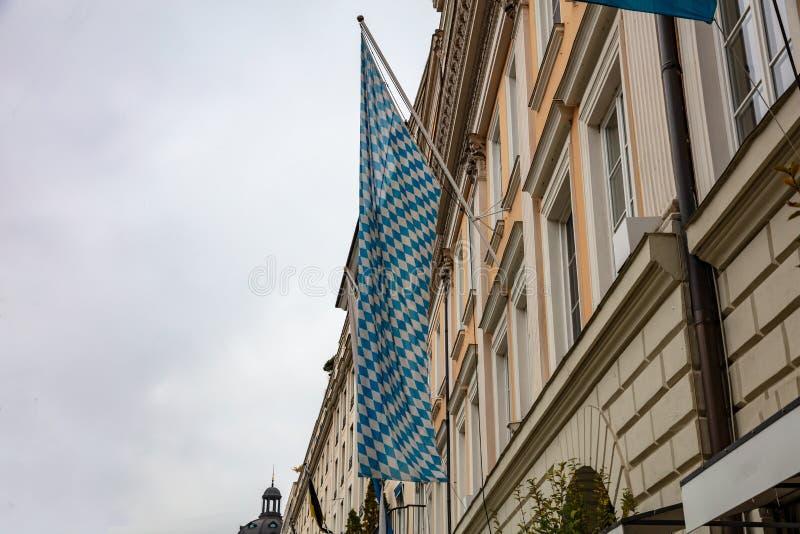 在一个修造的门面的巴法力亚蓝色白旗 慕尼黑啤酒节,慕尼黑 德国 免版税库存照片