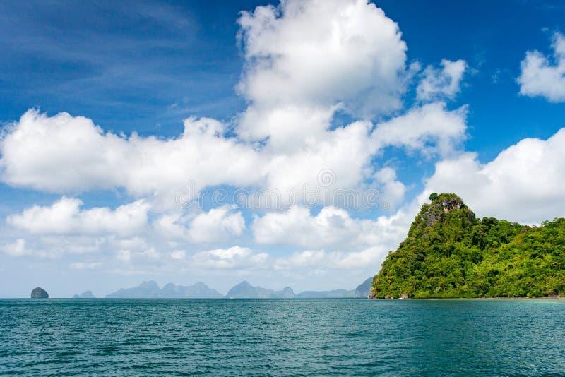 在一个偏僻的海岛上的原始海滩在El巴拉旺岛的nido区域传播的海岛在菲律宾 免版税库存图片