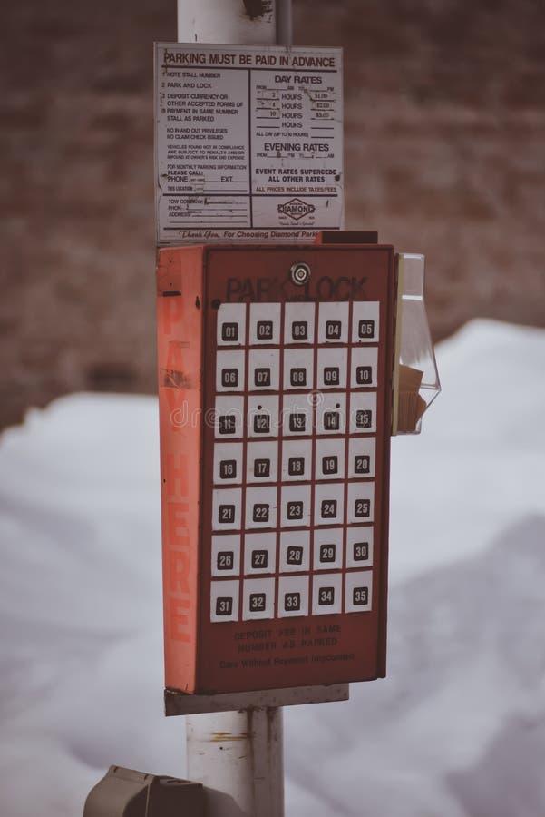 在一个停车场的停车处付款与在Coeur d ` Alene爱达荷的有趣的样式 库存照片