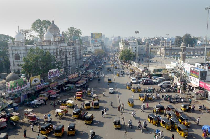 在一个公共汽车交叉点的看法从Charminar纪念碑在海得拉巴,印度 库存图片