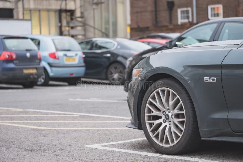 在一个公司停车场看见的一辆美国制造的肌肉汽车的低级图象在伦敦,英国 免版税库存图片