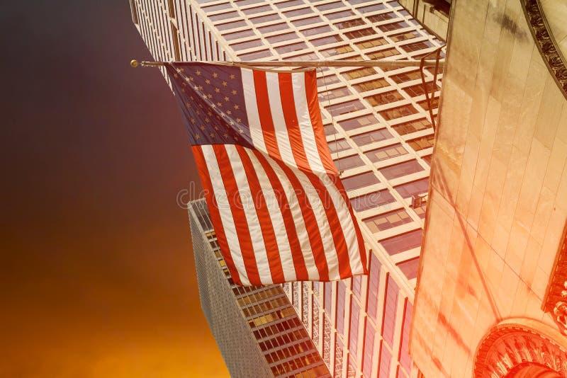 在一个公司办公室大厦前面的旗子飞行 免版税库存图片
