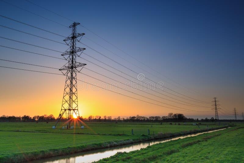 在一个典型的荷兰风景的电缆绳 库存图片