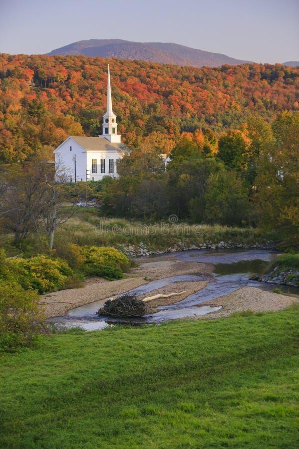 在一个农村佛蒙特教会后的秋叶 免版税图库摄影