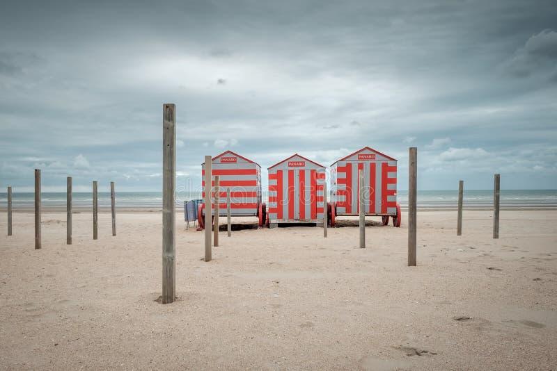 在一个冬天海滩的三个海滩小屋在比利时 图库摄影