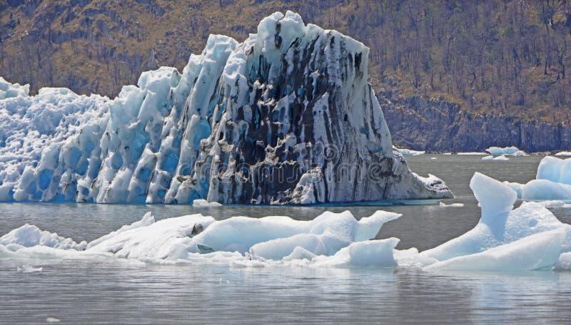 在一个冰河湖的五颜六色的肮脏的冰 免版税图库摄影